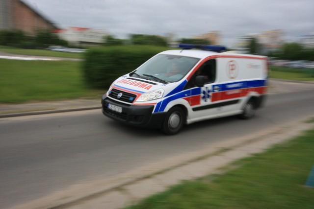 Auto wpadło w poślizg w Lniskach.  Jedna osoba ranna