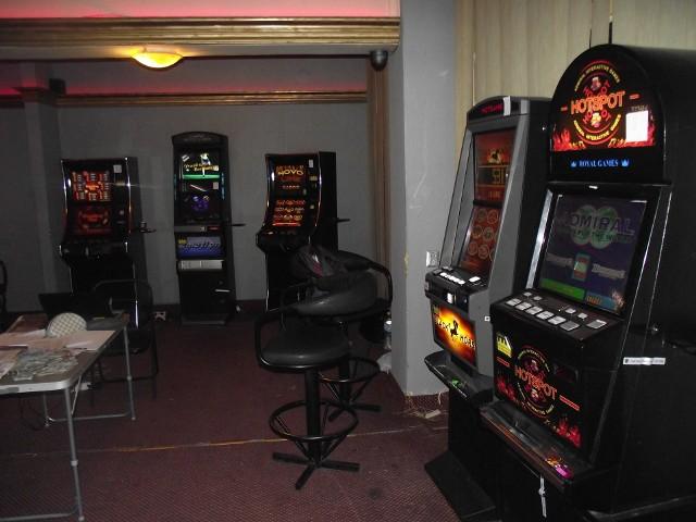 Funkcjonariusze Opolskiego Urzędu Celno-Skarbowego weszli do nielegalnego salonu gier w Głubczycach i zajęli 5 automatów