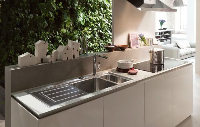 Czysty zlew kuchennyDostępne preparaty do czyszczenia zlewozmywaków konserwują i chronią powierzchnię zlewu przed wnikaniem zabrudzeń w strukturę  materiału.