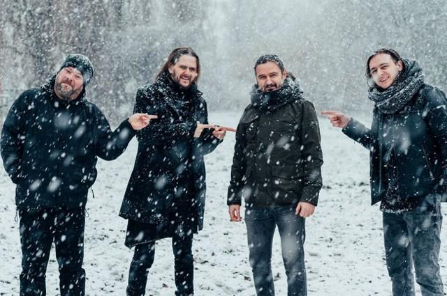 Riverside to jeden z najlepszych polskich zespołów grający rocka progresywnego, a Maciej Meller (drugi z prawej) to niezwykle utalentowany i lubiany w środowisku gitarzysta, były muzyk grupy Quidam.