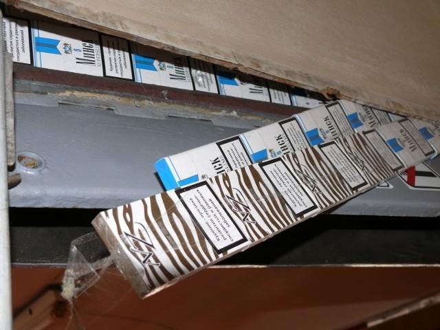 W sumie w zbiornikach oraz ścianach znajdujących się w bezpośrednim sąsiedztwie zbiorników, funkcjonariusze ujawnili 431 paczek papierosów różnych marek bez polskich znaków akcyzy.- Do próby przemytu nikt się nie przyznał, stąd została wszczęta sprawa karna skarbowa przeciwko osobie nieznanej - informuje podkom. Sitniczuk.