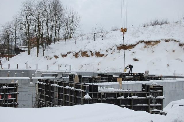 Aura nie sprzyja budowniczym basenu. Tej zimy trudno marzyć o szybkim tempie robót.