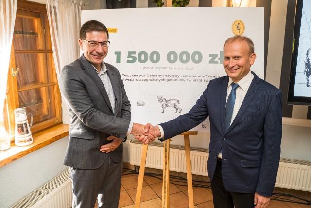 """Sieć sklepów we współpracy z PTOP """"Salamandra"""" i innymi towarzystwami ochrony zwierząt wesprze aż 6 gatunków dzikich zwierząt żyjących w Polsce."""
