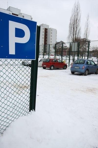 Na razie na miejscu, gdzie było boisko samochody zostawiają nieliczni mieszkańcy. Ale gdy tylko pogoda się poprawi, spółdzielnia zadba o to, by znalazło się tu miejsce na siedemdziesiąt samochodów.