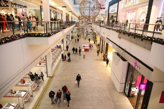 Zdaniem Polskiej Rada Centrów Handlowych niezrozumiałe jest, dlaczego sklepy i punkty usługowe zlokalizowane poza centrami handlowymi mogą swobodnie działać.