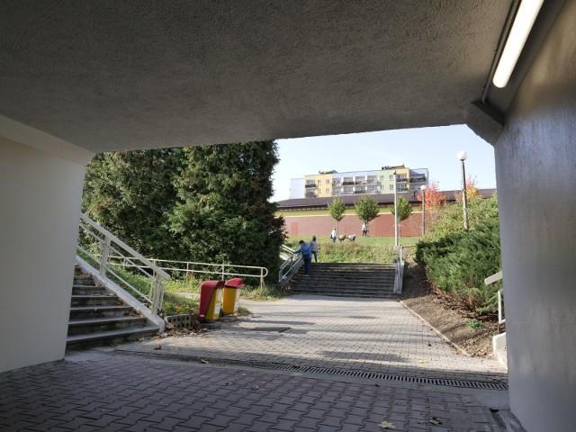 Przejście podziemne pod ruchliwą Al. Andersa w Bielsku-Białej na os. Karpackim zostało efektownie zmodernizowane. Teraz jest bezpieczniej i bardziej komfortowo.Zobacz kolejne zdjęcia. Przesuwaj zdjęcia w prawo - naciśnij strzałkę lub przycisk NASTĘPNE