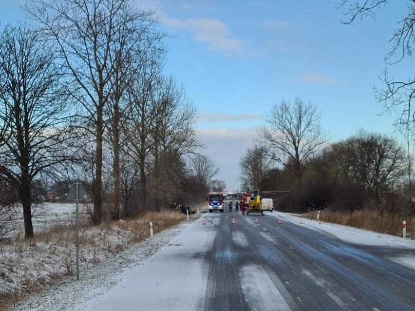Wypadek w Koszwałach 18.03.2021 r. Samochód wypadł z drogi i dachował. 22-latkę zabrało LPR