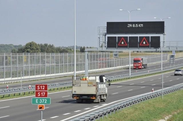 Inteligentny, elektroniczny system zarządzania ruchem przekieruje na objazdy w razie wypadku, poinformuje o warunkach na drodze czy pędzącym akurat pod prąd kierowcy. Zobacz kolejne zdjęcia. Przesuwaj zdjęcia w prawo - naciśnij strzałkę lub przycisk NASTĘPNE
