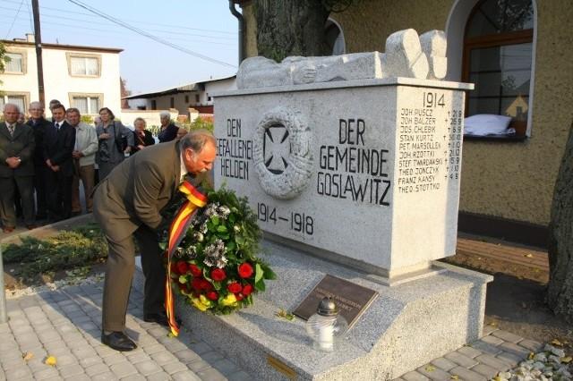 Teksty konkursowe nie muszą odwoływać się wprost do wydarzeń Tragedii Górnośląskiej. Na zdjęciu: Oodsłonięcie pomnika w Gosławicach. Mieszkańcy uchronili go od zniszczenia w PRL-u.