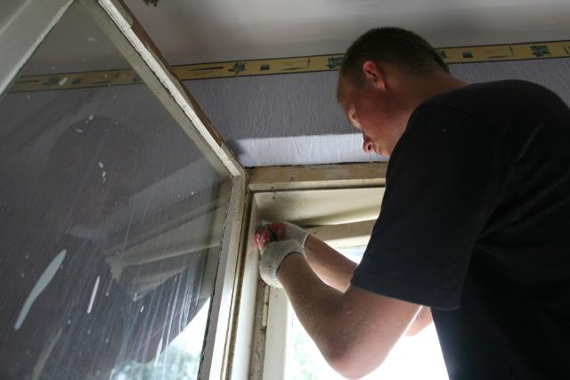 Zatrzymaj ciepło w środkuNajwiększym problemem wielu budynków jest słaba termoizolacja ścian i okien. Nawet jeśli jest wydajny system grzewczy, to ciepłe powietrze bardzo szybko miesza się z zimnym z zewnątrz i efektywność jego działania grzejników jest niska.Energia cieplna ucieka przez nieszczelne okna, drzwi oraz słabo zaizolowany dach i ściany, ze szczególnym uwzględnieniem styków powierzchni (kątów, narożników). Niskim kosztem można zaradzić nieszczelności okien czy drzwi – wymiana uszczelek potrafi uczynić cuda, a nakłady nie powinny przekroczyć kilkunastu złotych. Trzeba pamiętać, że poprawa szczelności okien to nie tylko obniżenie rachunków za ogrzewanie, ale i podniesienie komfortu życia mieszkańców. Zlokalizowanie największych nieszczelności nie powinno być trudne, wystarczy przyłożyć rękę.