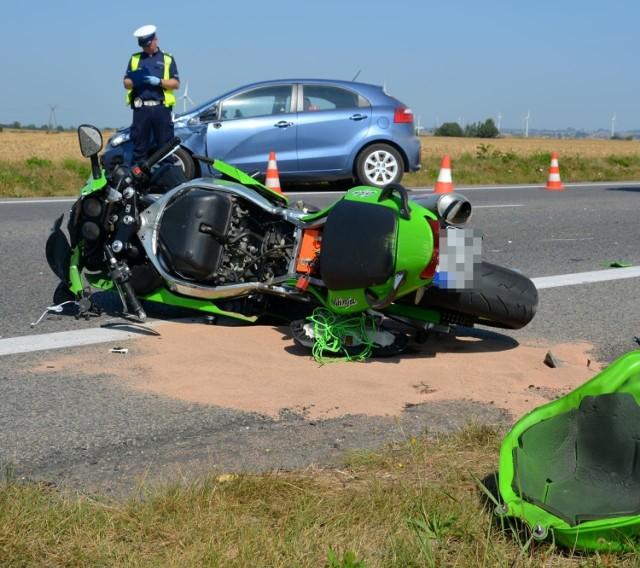 Wypadek na drodze wojewódzkiej 216 między Celbowem i Puckiem 14.08.2020. Zderzyły się motocykl i samochód osobowy