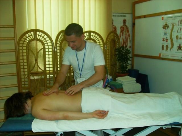 Rehabilitację w Domu Opieki Rodzinnej w Pierzchnicy prowadzą specjaliści w dziedzinie fizjoterapii, pielęgnacji oraz terapii zajęciowej.