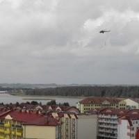 Przez godzinę nad osiedlem Jeziorna krążył śmigłowiec ze strażakami z grup wysokościowych z Ełku, Białegostoku i Olsztyna