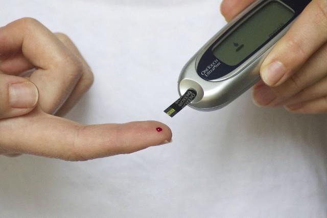 W początkowych stadiach cukrzycy typu 2 zwykle stosuje się dietę, aktywność i stałe monitorowanie poziomu cukru we krwi za pomocą glukometru. Jeśli te sposoby zawodzą, wdraża się leki.