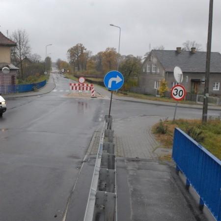 Mylne oznakowanie remontu mówi o skręcie w prawo, ale objazd prowadzi również drogą po skręcie w lewo. To także trasa do domów dla wielu mieszkańców okolicy.