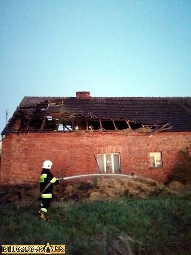 Ogniem objęta była nie tylko część mieszkalna, ale i dach domu.