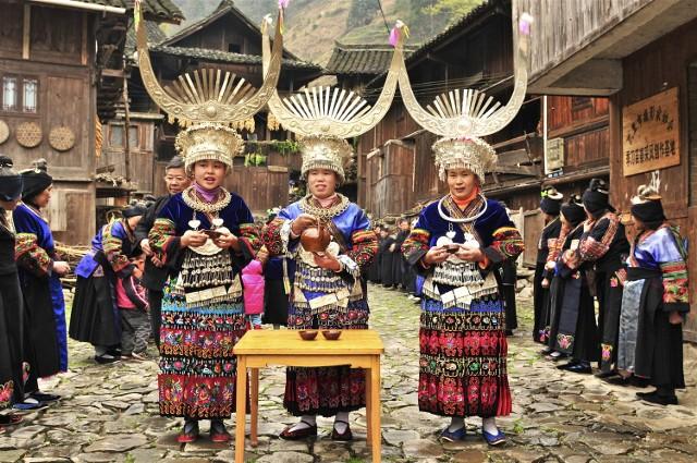 Zdjęcia Elżbiety Dzikowskiej w białostockiej Alfie. I konkursBiżuteria mówi o przynależności do grupy społecznej i plemiennej, a także o zamożności i stanie cywilnym – opowiada i pokazuje na swoich zdjęciach (tu plemię Miao z Chin) Elżbieta Dzikowska