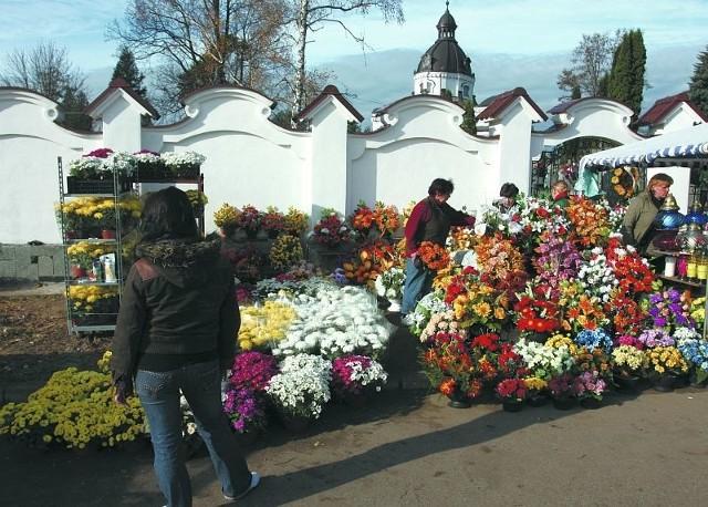 Co roku jest podobnie, najwyżej pogoda się zmienia. Przed cmentarzami w dniu Wszystkich Świętych kwitnie handel kwiatami i zniczami.