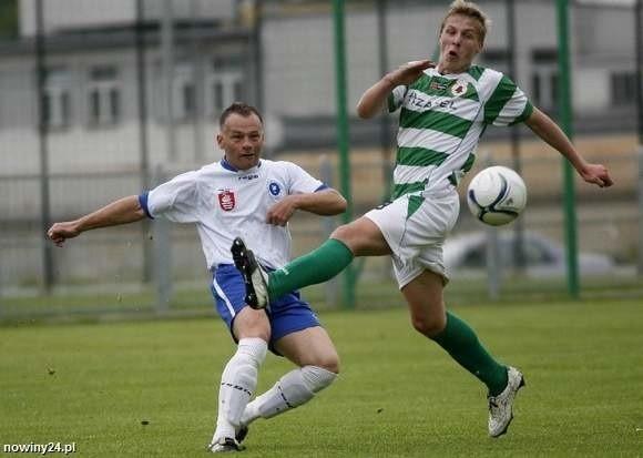 Sebastian Brocki (biało zielona koszulka) w ostatniej kolejce zdobył gola na wagę trzech punktów Izolatora