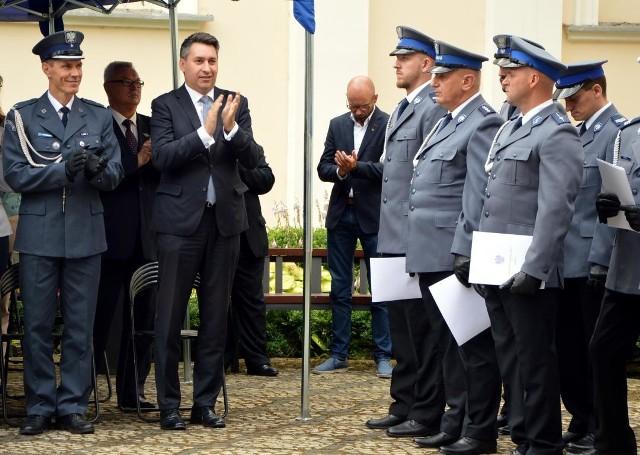 Aspirant sztabowy Wiesław Kozłowski, młodszy aspirant Łukasz Dęgus oraz starszy sierżant Bartłomiej Tryngiel zostali nagrodzeni finansowo przez Andrzeja Łapińskiego, komendanta wojewódzkiego policji w Łodzi.