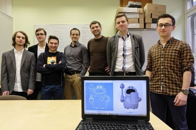 To świetna wiadomość - cieszy się Maciej Kopczyński (trzeci z prawej). Na zdjęciu: przedstawiciele zespołów, które przygotowują projekty na Imagine Cup.