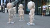 Sylwester Ambroziak o globalnych sierotach. Niezwykłe rzeźby w centrum Poznania [ZDJĘCIA]