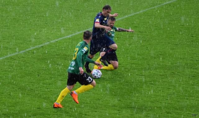 Długimi fragmentami Odra rywalizowała z GKS-em w strugach deszczu.
