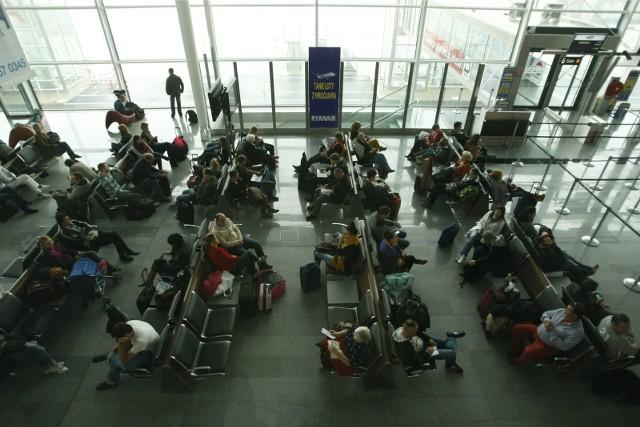 Planując podróż pasażerowie powinni pamiętać o zasadach dotyczących wjazdu oraz kwarantanny na terenie kraju, do którego się udają.
