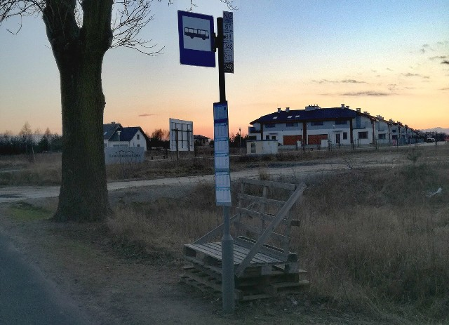 Zatrzymują się na nim 4 dzienne linie autobusowe i jedna nocna, obok znajduje się nowe osiedle, tymczasem pasażerowie na pojazd MPK Poznań muszą oczekiwać w takich warunkach.Przejdź dalej --->