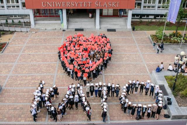 Studenci utworzyli wielkie serce na 150-lecie Katowic