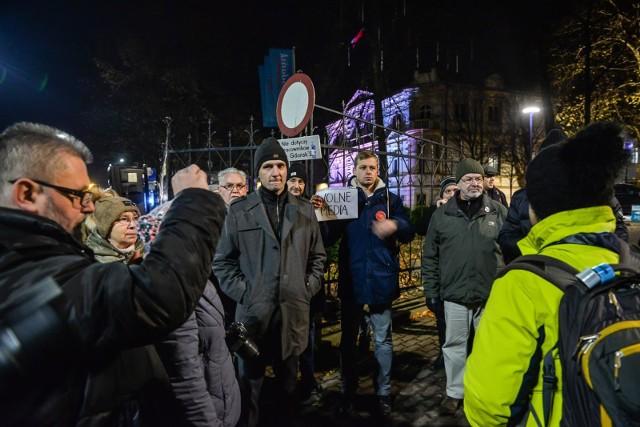 Protest przed siedzibą Radia Gdańsk w obronie zwalnianych dziennikarzy [5.12.2018]