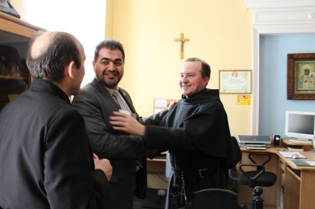 Brat Ryszard Winiarz (z prawej) i ojciec Zbigniew Winiarz (tyłem) ze schroniska w Pępicach szybko znaleźli wspólny język z imamem Nifalem Abu Tabaqiem.