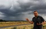 """Atmosfera gotuje się jak kocioł! To lato jest wyjątkowo niespokojne - mówi """"łowca burz"""" Jarosław Turała. Jak powstaje burza? Wyjaśniamy!"""