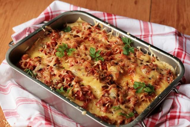 Pyszne zapiekanki (z makaronem lub z ziemniakami) to pomysł na szybki i smaczny obiad. Kliknijcie w galerię i zobaczcie najlepsze przepisy naszych Czytelników!