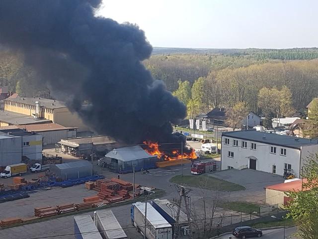 Płonie hala w Rybniku na Zebrzydowickiej. Kłęby czarnego dymu nad miastem.