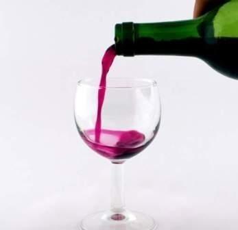 W takim kieliszku powinniśmy podać czerwone lub różowe wino.
