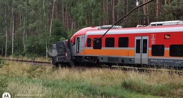 Samochód wjechał pod pociąg w miejscowości Kuźnik, niedaleko Międzyrzecza.