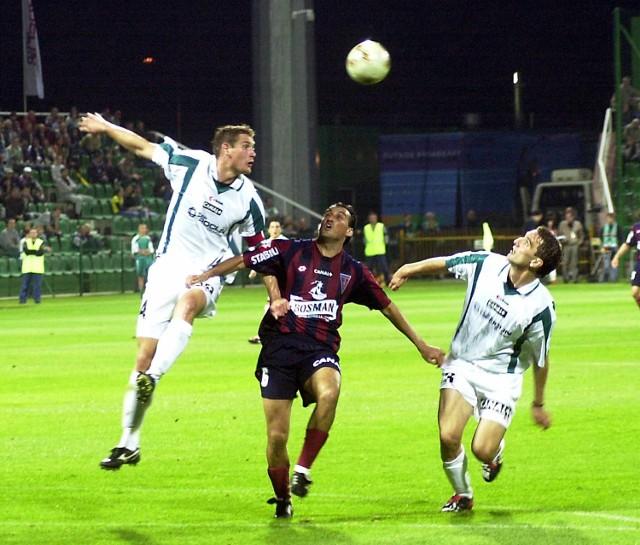 Ivica Kriżanac (z lewej) zdobył pierwszego gola dla Groclinu. Wcześniej skutecznie zniechęcał do gry Claudio Milara z Pogoni.