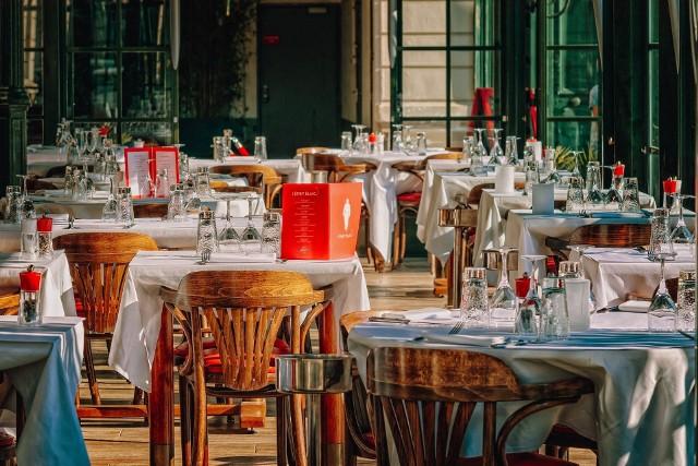 Mimo obowiązującego w całej Polsce zakazu, dziesiątki restauracji pozwalają klientom na korzystanie ze stolików. Takie lokale działają także we Wrocławiu, choć poza rzeszą zadowolonych klientów, często odwiedza je także policja.  Które to miejsca?Kliknij na strzałkę, aby zobaczyć, które lokale we Wrocławiu są otwarte.