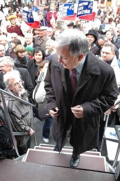 Lecha Kaczyńskiego oblegały setki zielonogórzan. Kandydat na prezydenta przyznał, że rzadko tu przyjeżdżał, ale obiecał, że ,,się poprawi''.