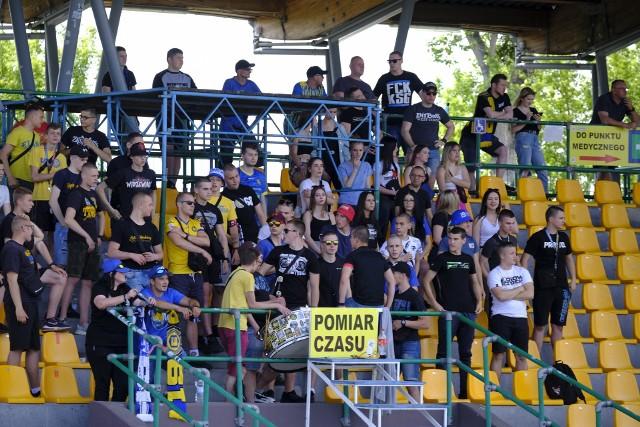 Elana Toruń przegrała z Radunią Stężyca 0:1. Mecz obserwowała spora grupa kibiców.Aby zobaczyć zdjęcia kibiców oraz z meczu prosimy przesuwać palcem po ekranie smartfonu lub strzałkami w komputerze>>>