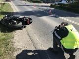 Motocyklista ranny w zdarzeniu na ul. Mroteckiej w Nakle, wyprzedzał ciąg aut [zdjęcia]