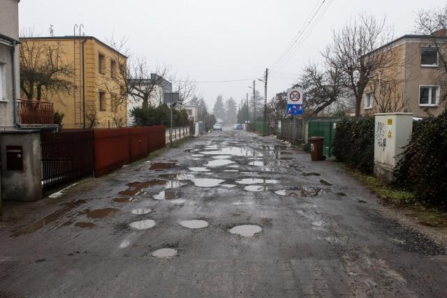 Prawdopodobnie najwięcej złego o stanie poznańskich dróg mogą powiedzieć mieszkańcy Podolan. Problemem są tam nie tylko drogi gruntowe, które po opadach deszczu zamieniają się w błoto, ale też ulice wyłożone asfaltem lub kostką, które przez źle przemyślane wykonanie i brak kanalizacji wciąż są zalewane. Sprawdziliśmy, jak wyglądają po odwilży jedne z najgorszych ulic w Poznaniu.