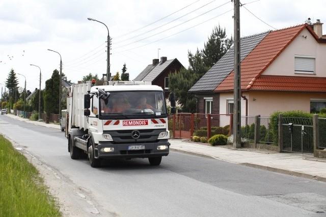 Ulica Podmiejska to trasa dojazdowa do wysypiska, dlatego codziennie jeżdżą nią dziesiątki ciężarówek ze śmieciami. Na nową drogę - oddaloną od domów o 150 metrów - mieszkańcy czekają od lat.