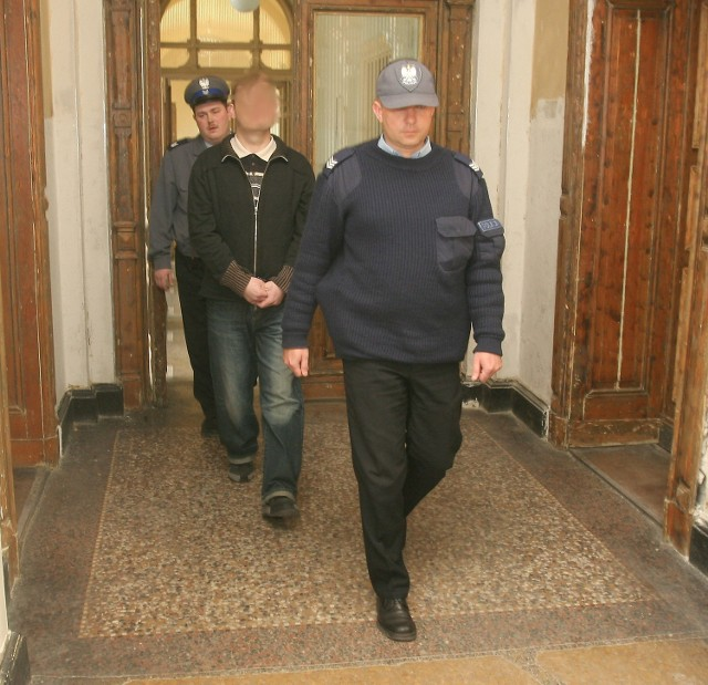 Niemiecka prokuratura podejrzewa szczecinianina Roberta P. o kradzież kilkudziesięciu samochodów i fałszowanie dokumentów. Podejrzany uciekł do Polski, ale niemiecki sąd wysłał za nim nakaz aresztowania. Teraz może trafić do niemieckiego aresztu.