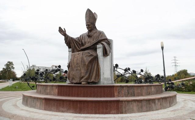 To już szósty pomnik Ojca Świętego Jana Pawła II w Rzeszowie. Znajduje się w Parku Papieskim.