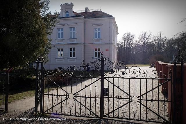 Kuratorium oświaty szybko zareagowało na doniesienia o skandalicznym zachowaniu nauczycielki w szkole pod Wrocławiem. W poniedziałek po godzinie 10 w szkole w Szczodrem (gmina Długołęka) pojawiło się dwóch pracowników kuratorium.