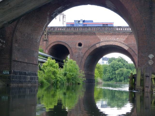 Ludzie od wieków budowali mosty – początkowo wyłącznie drewniane. Do naszych czasów zachowały się oczywiście znacznie młodsze konstrukcje. Podziw wzbudzają zwłaszcza ceglane budowle z połowy XIX wieku i nieco późniejsze zbudowane na wzór rzymskich akweduktów. Na zdjęciu mosty kolejowe na Brdzie w Bydgoszczy