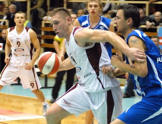 Wiktor Grudziński (z piłką) przyczynił się do jedenastu kolejnych zwycięstw Spójni w tym sezonie. Ma szansę walczyć o kolejne.