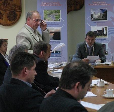 – Ten wniosek to element kampanii wyborczej, która się już rozpoczyna – mówił nam Edward Tyranowicz (na zdjęciu stojący w jasnym garniturze).
